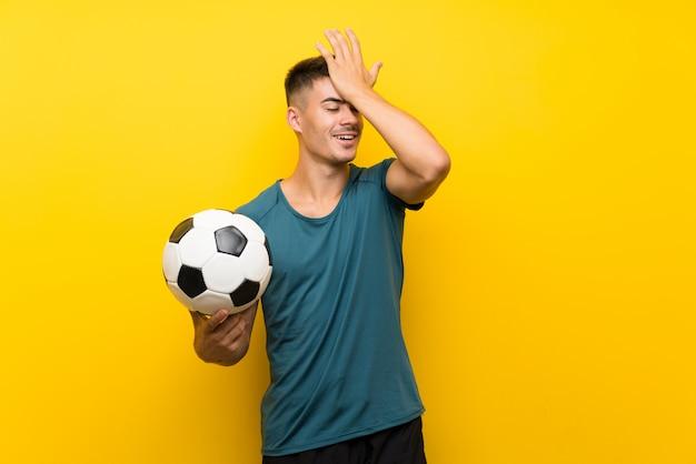 Beau jeune joueur de football homme a réalisé quelque chose et l'intention de la solution