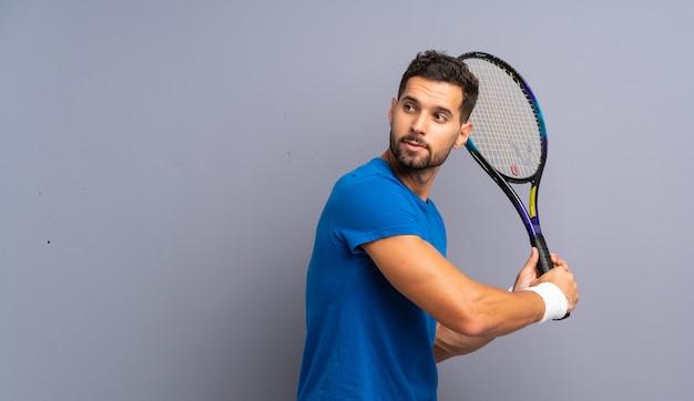 Beau jeune joueur de tennis
