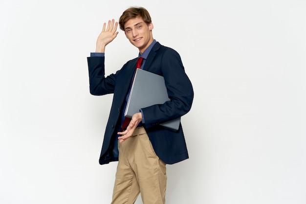Beau jeune modèle masculin dans un costume élégant posant
