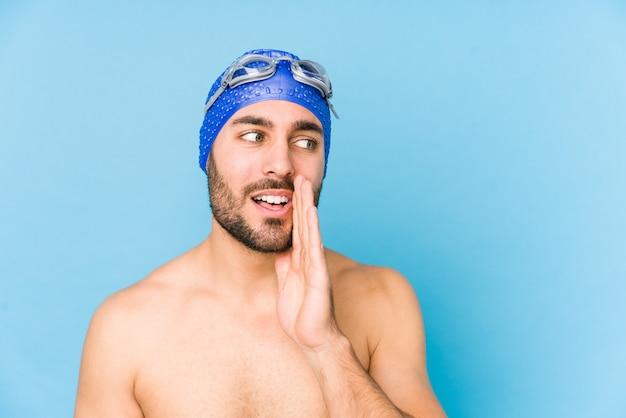 Beau jeune nageur isolé dit une nouvelle secrète sur le freinage à chaud et regarde de côté