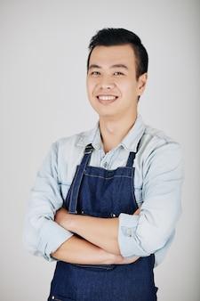Beau jeune serveur vietnamien