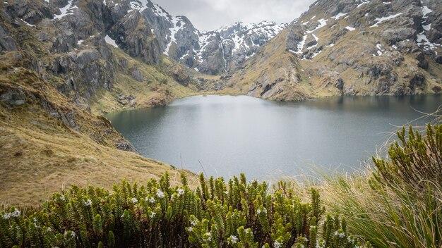 Beau lac alpin entouré de massif rocheux routeburn tnew zealand
