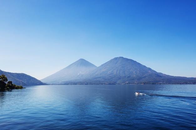 Beau lac atitlan et volcans dans les hautes terres du guatemala, en amérique centrale