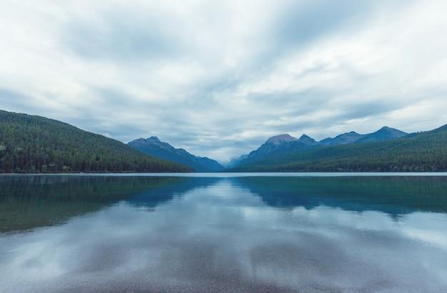 Beau lac bowman avec reflet des montagnes spectaculaires du glacier national park, montana, usa. filtre instagram.