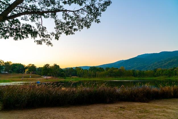 Beau lac à chiang mai avec montagne boisée et ciel crépusculaire en thaïlande.