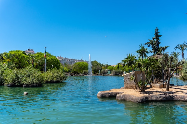 Beau lac dans le centre de la ville dans le parque de las naciones dans la ville de torrevieja, alicante, espagne