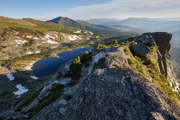 Beau lac dans les montagnes au soleil du soir
