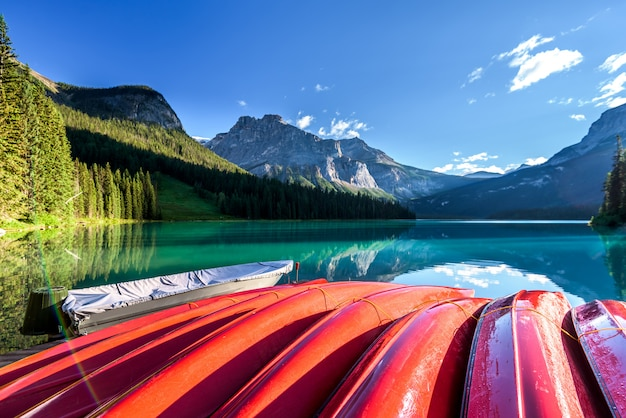 Beau lac émeraude, parc national de yoho, colombie britannique, canada