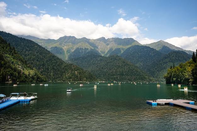 Beau lac de montagne pittoresque ritsa en abkhazie