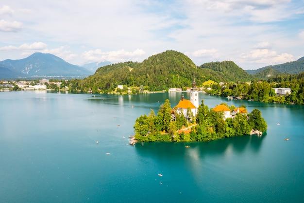 Beau lac de montagne saigné avec de l'eau bleu turquoise avec une petite église de pèlerinage sur l'île sur