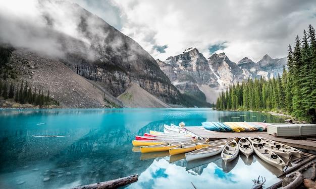 Beau lac moraine dans le parc national banff, alberta, canada
