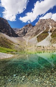 Beau lac serein dans les montagnes fann (branche du pamir) au tadjikistan.