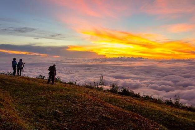 Beau lever et brume à phu tubberk, province de phetchabun, thaïlande.