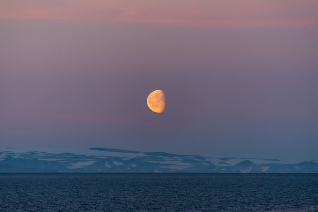Beau lever de lune au groenland. iceberg en mer.