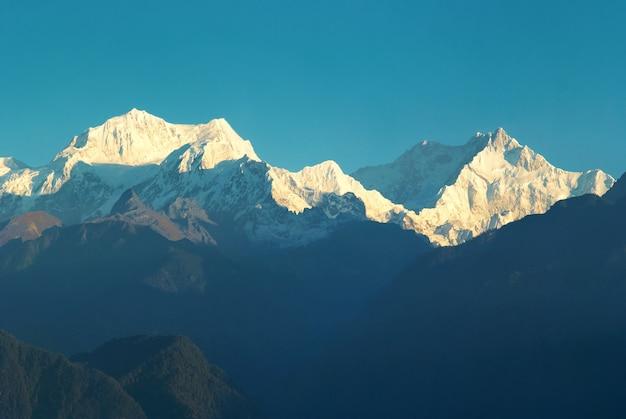 Beau lever de soleil au-dessus de la haute montagne kangchenjunga, inde