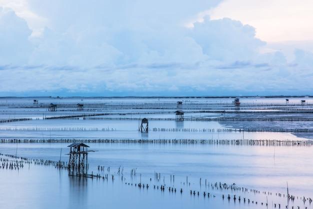 Beau lever de soleil au point de vue baie de bang ta boon province de samut songkhram thaïlande