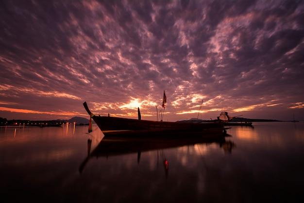 Beau lever de soleil avec bateau à longue queue à l'heure du matin