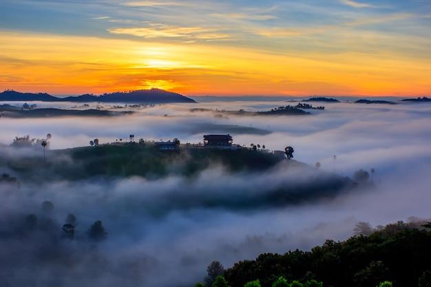 Beau lever de soleil et la brume à khao kho, province de phetchabun, thaïlande.