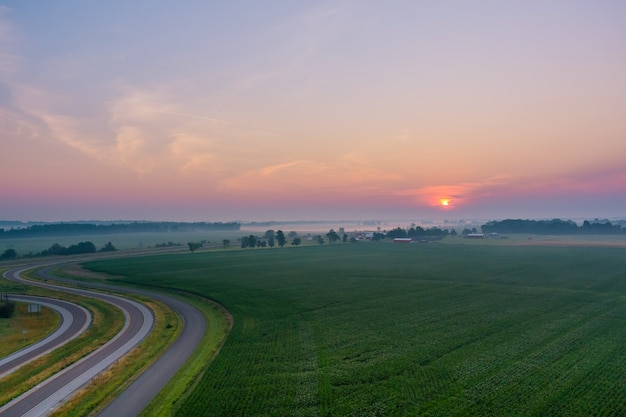 Beau lever de soleil brumeux paysage matin brumeux au pré pittoresque avec vue aérienne