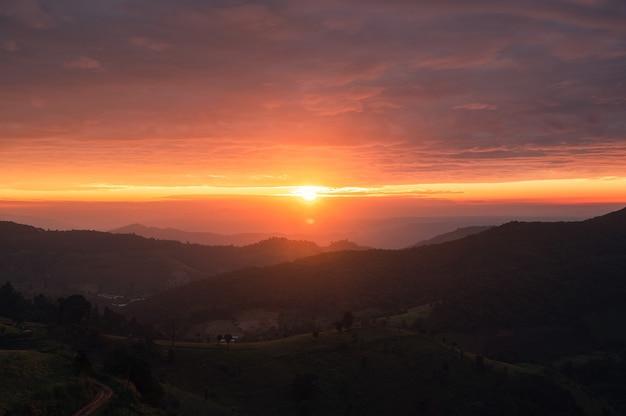 Beau lever de soleil sur la colline agricole en campagne à doi mae tho
