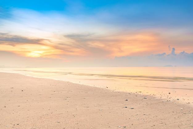 Beau lever de soleil coloré à la plage de calme