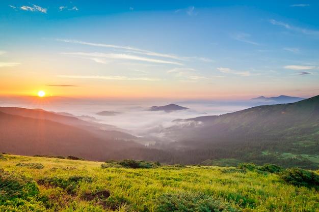Beau lever de soleil dans les montagnes avec un brouillard blanc ci-dessous