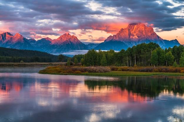 Beau lever de soleil dans les montagnes