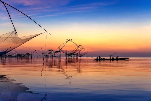 Beau lever de soleil et filets de pêche à pakpra à phatthalung, thaïlande.