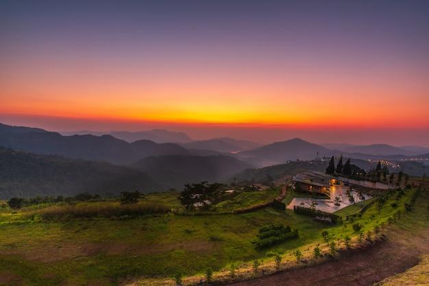 Beau lever de soleil sur la haute montagne à khao-kho, thaïlande.