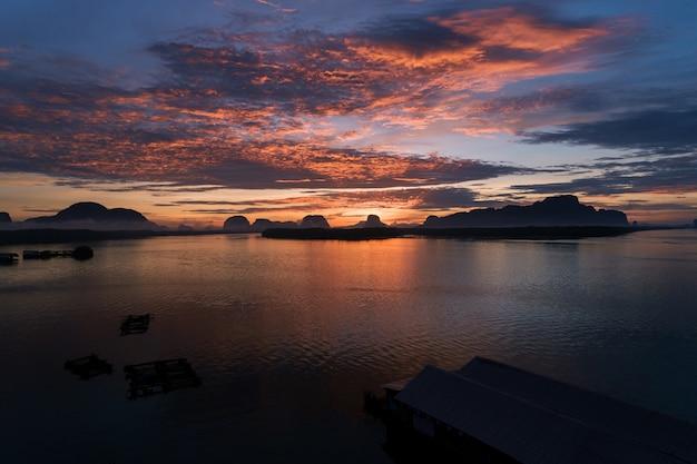 Beau lever de soleil le matin au phang-nga du village de ban sam chong tai