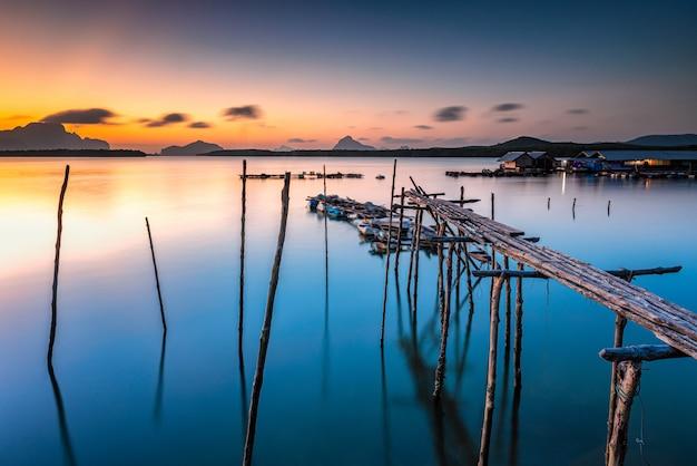 Beau lever de soleil naturel au village de pêcheur à ban sam chong tai dans la province de phang nga en thaïlande.