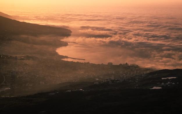 Beau lever de soleil avec des nuages au-dessus de la mer