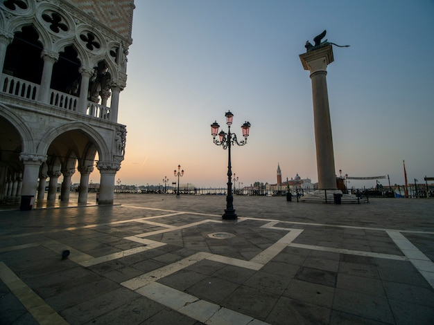 Beau lever de soleil sur la place san marco surplombant le palais duccale