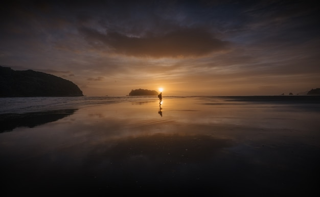 Beau lever de soleil sur une plage de nouvelle-zélande