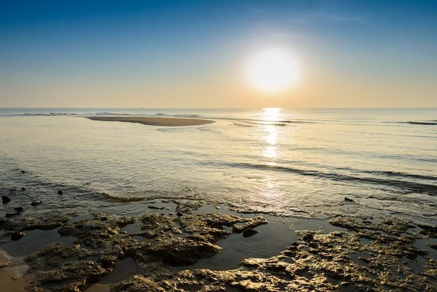 Beau lever de soleil tropical sur la plage.