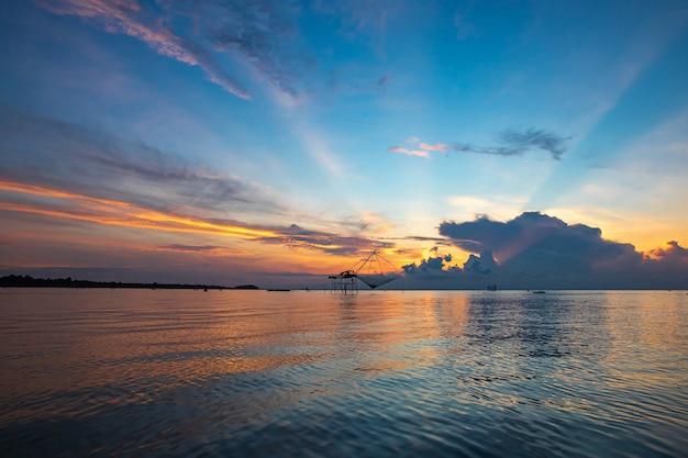 Beau lever de soleil sur la vue lagon.