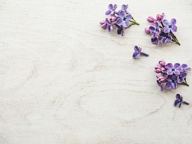 Beau lilas allongé sur une table en bois