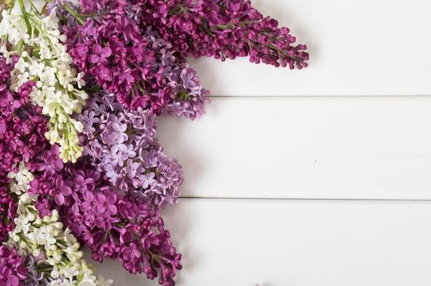 Le beau lilas sur un fond en bois