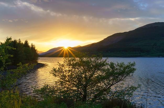 Beau loch leven au coucher du soleil , glencoe , ecosse