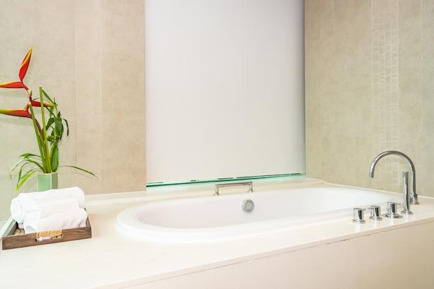 Beau luxe et intérieur de décoration de baignoire blanche propre