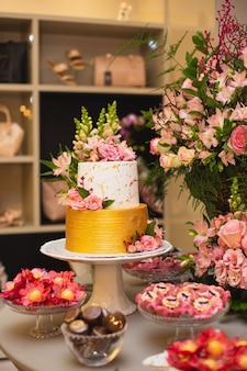 Beau et luxueux gâteau de mariage
