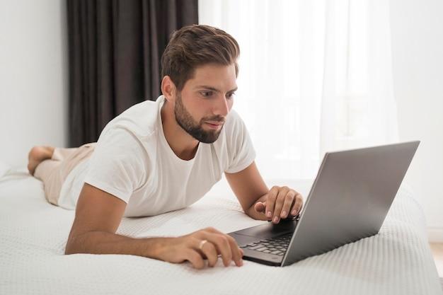Beau mâle adulte travaillant à domicile