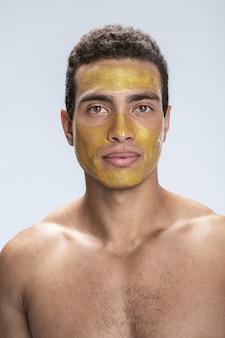Beau mâle ayant un masque sur son visage