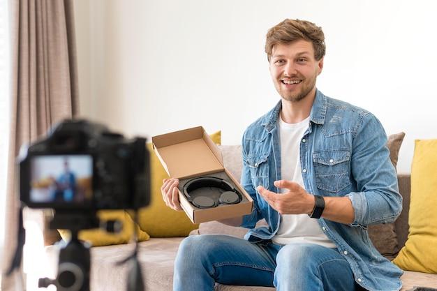 Beau, mâle, enregistrement, déballage, vidéo, chez soi