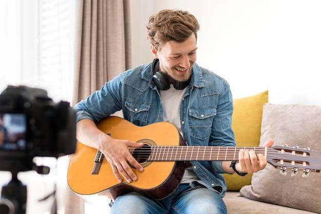 Beau, mâle, enregistrement, guitare, séance, chez soi