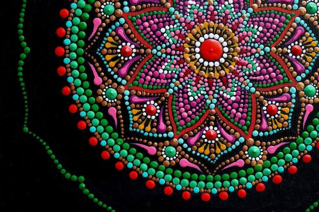 Beau mandala peint à la main sur fond noir