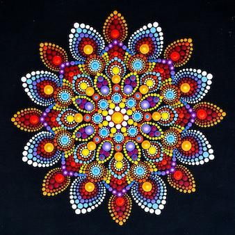 Beau mandala peint à la main