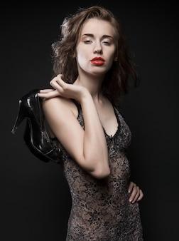 Beau mannequin sur fond noir