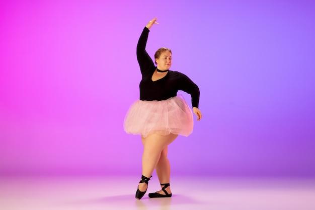 Beau mannequin taille plus caucasien pratiquant la danse classique sur dégradé