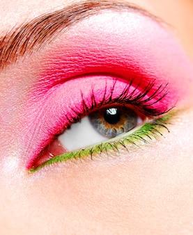 Beau maquillage et couleur vive des yeux